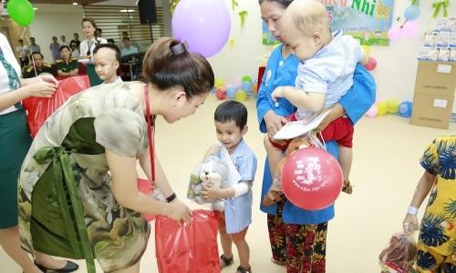Tập đoàn Geleximco trao tặng gần 400 suất quà cho bệnh nhi nhân ngày 1/6