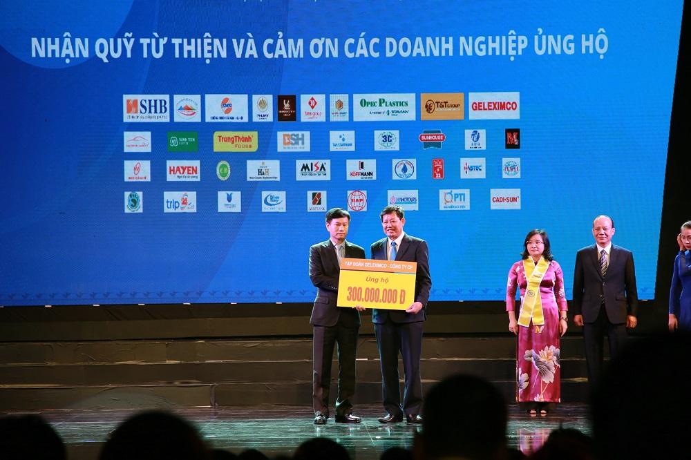 Ông Vũ Văn Hậu trao tặng số tiền 300 triệu đồng cho quỹ từ thiện của Hiệp hội Doanh nghiệp nhỏ và vừa thành phố Hà Nội.