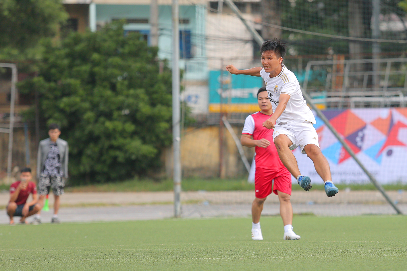Những pha tranh bóng quyết liệt trước cầu môn của các đội bóng