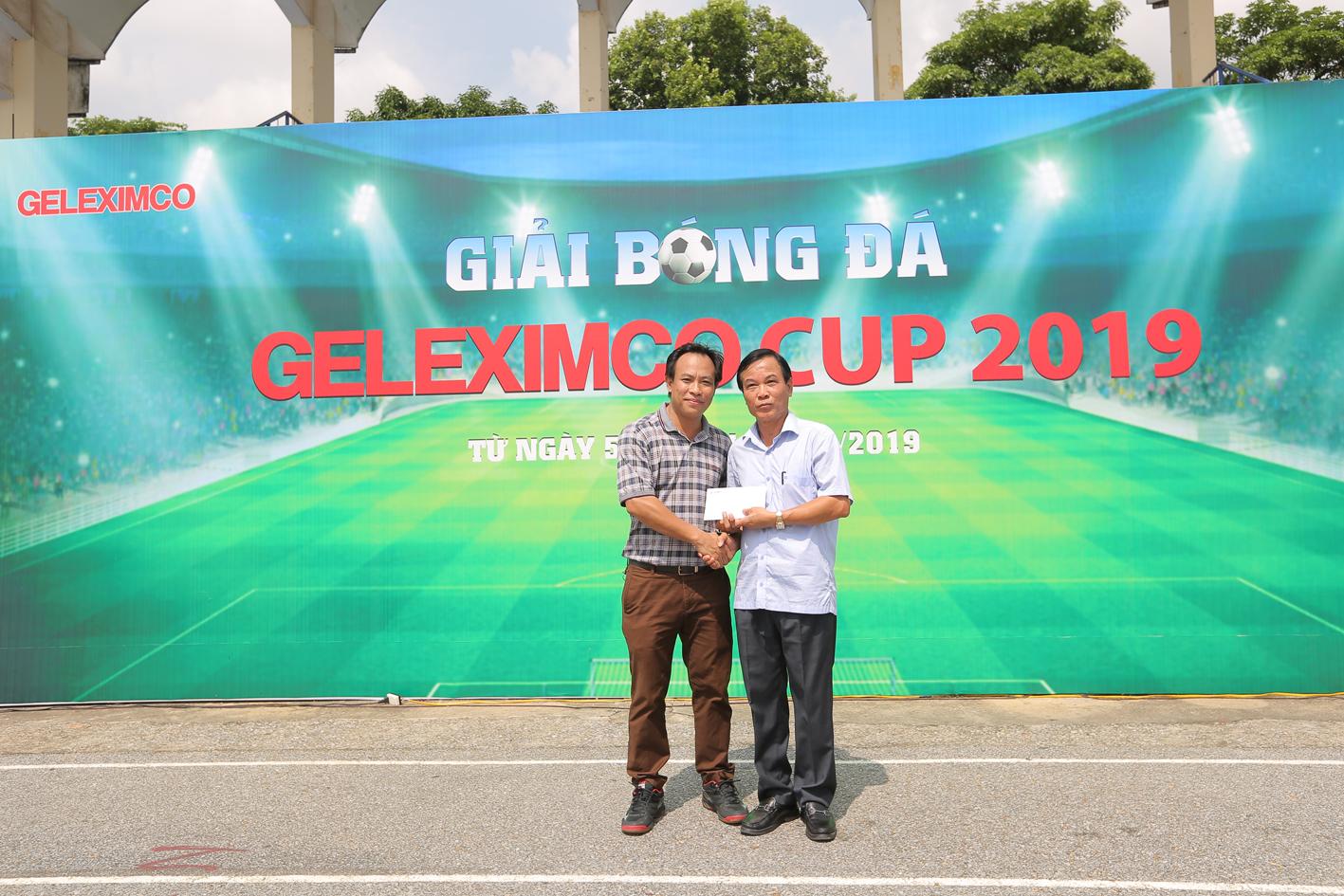 Ông Nguyễn Quốc Khánh - Phó giám đốc Chi nhánh Hà Tây đại diện đơn vị tài trợ cho giải đấu số tiền 10 triệu đồng.