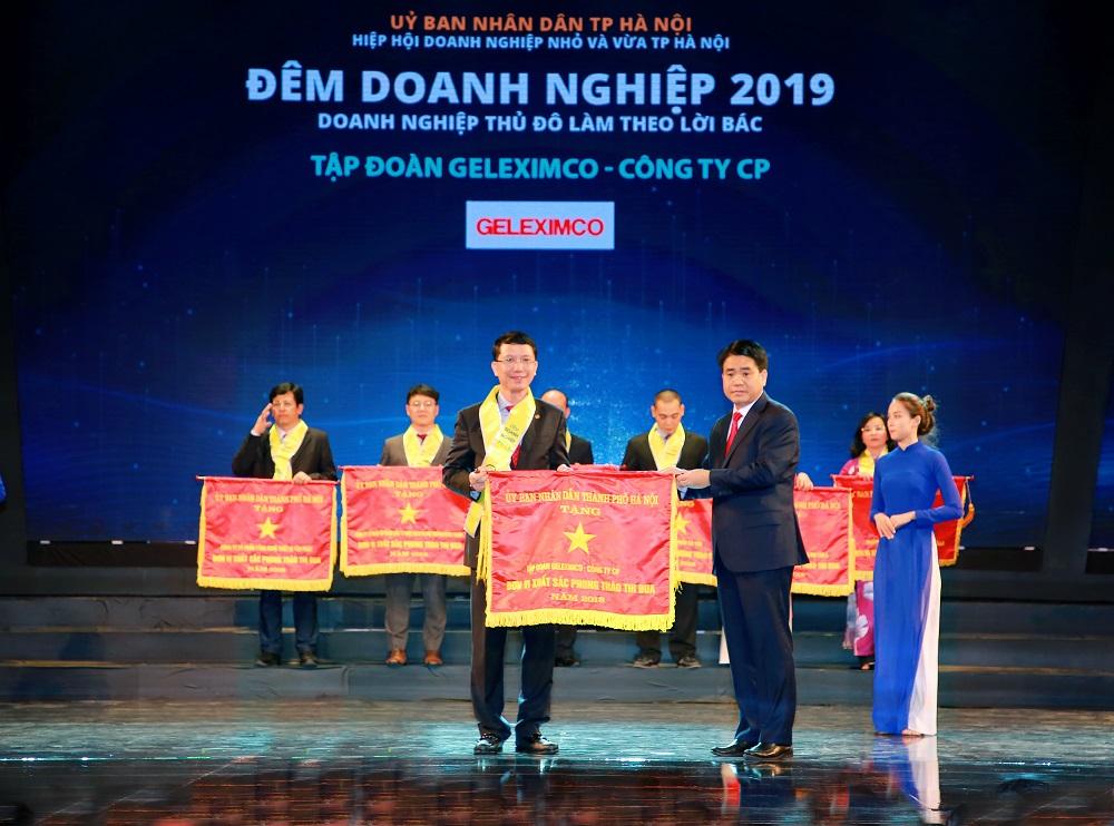 Đại diện Tập đoàn Geleximco đón nhận Cờ đơn vị xuất sắc phong trào thi đua của Thành phố Hà Nội.