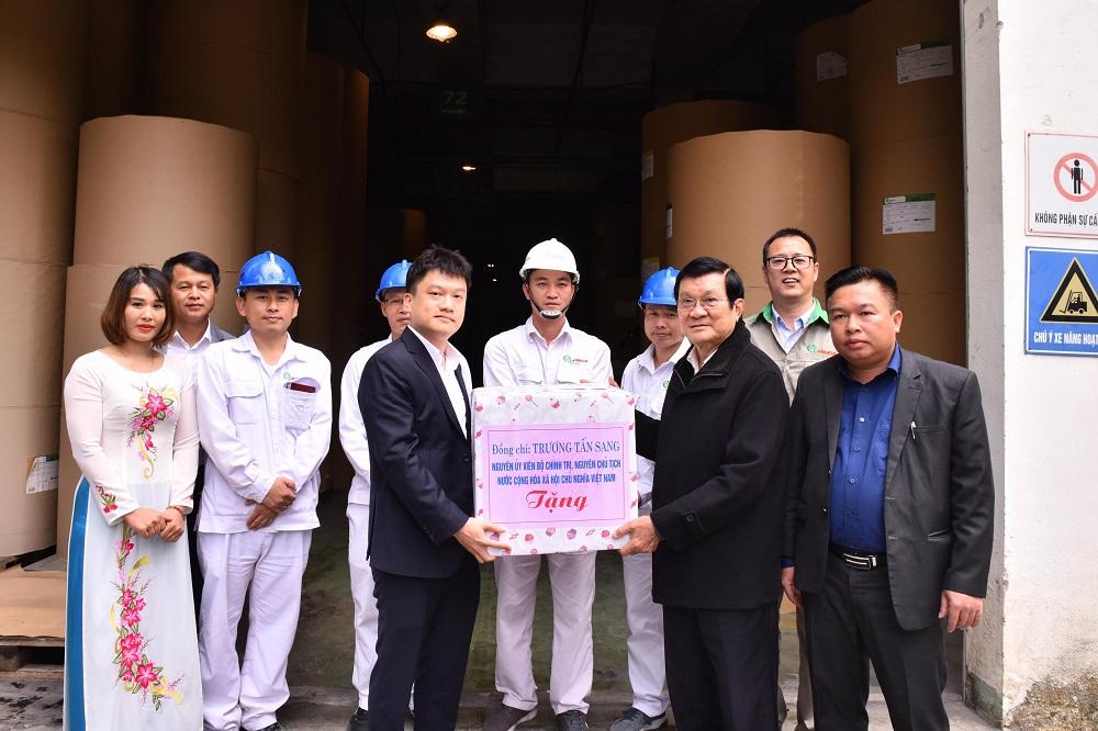 Đồng chí Trương Tấn Sang thăm và tặng quà cho CBCNV An Hòa
