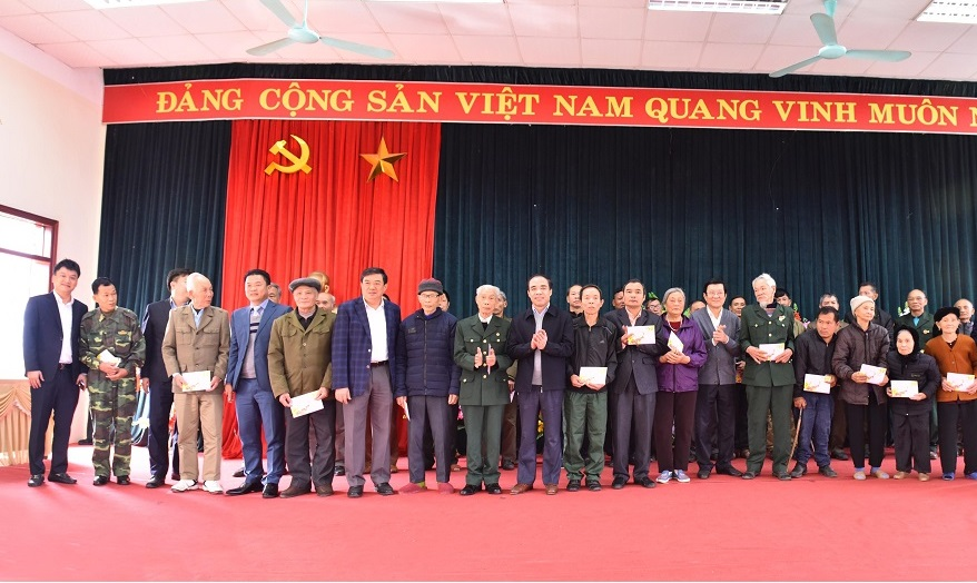 Đồng chí nguyên Chủ tịch nước Trương Tấn Sang, các đồng chí lãnh đạo tỉnh và nhà tài trợ Công ty Giấy An Hòa tặng quà hộ nghèo xã Tân Trào và Lương Thiện.