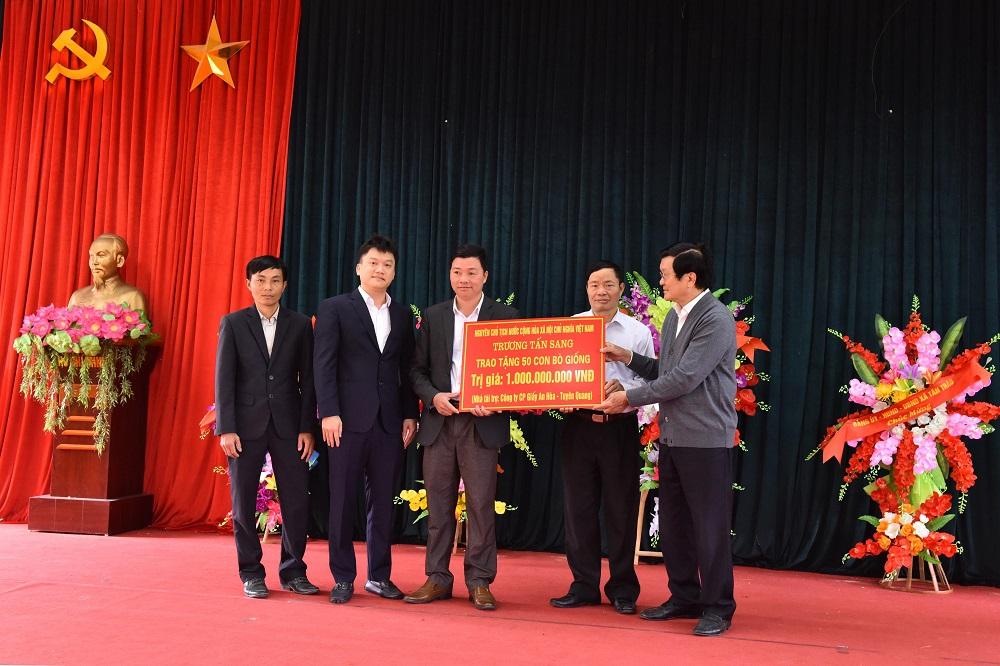 Đồng chí Trương Tấn Sang cùng nhà tài trợ Công ty Giấy An Hòa trao 50 con bò giống trị giá 1 tỷ đồng.