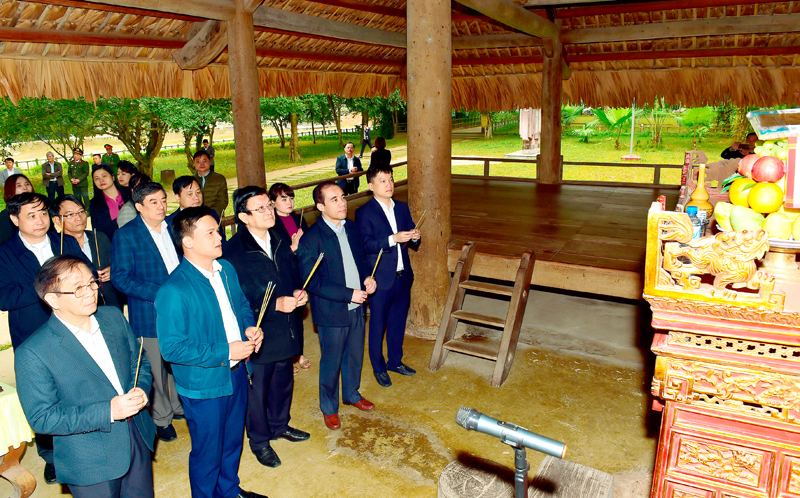 Đồng chí Trương Tấn Sang cùng đoàn công tác dâng hương tại dâng hương tại đình Tân Trào.