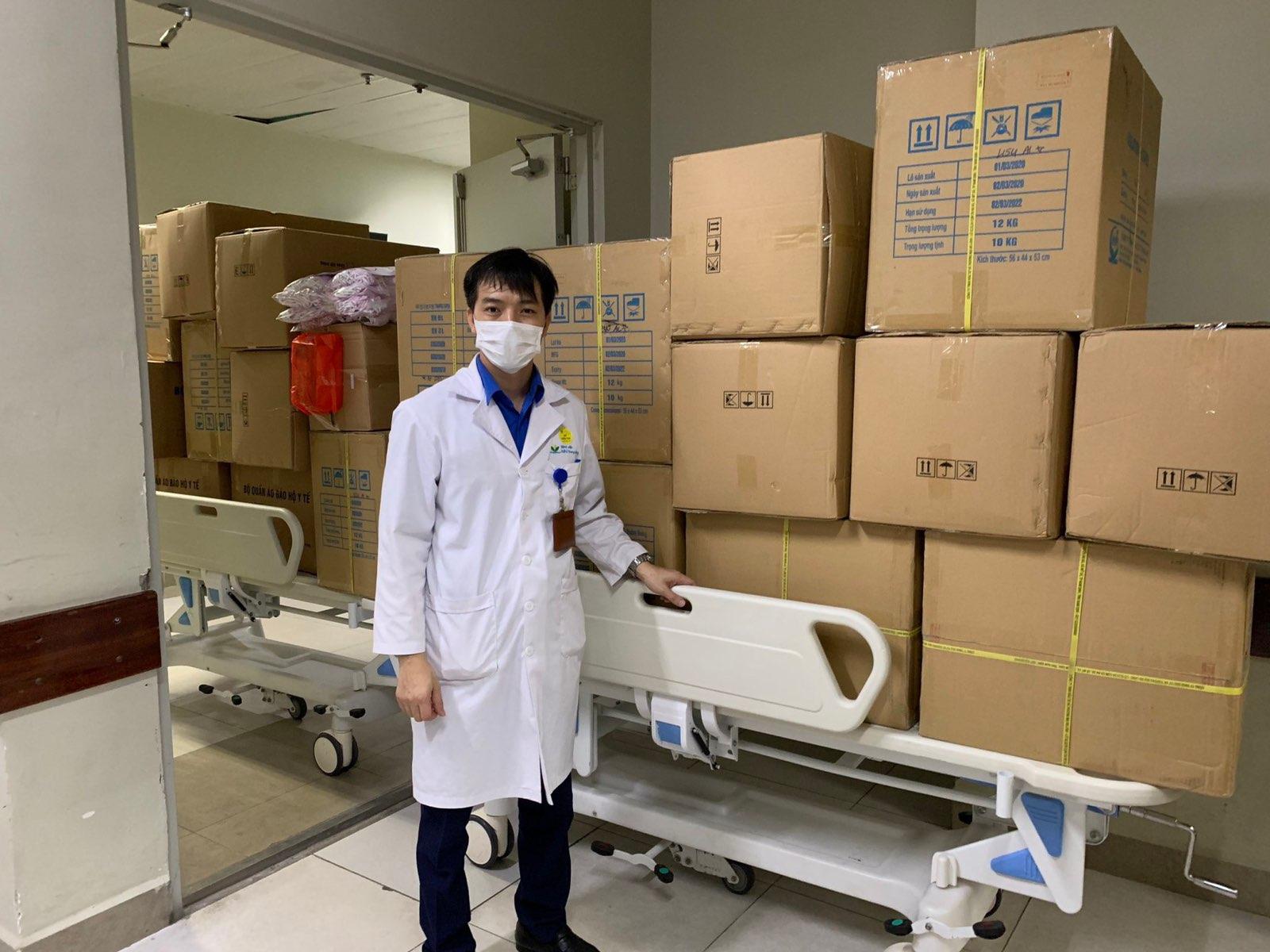 Geleximco tặng đồ bảo hộ cho bệnh viện.