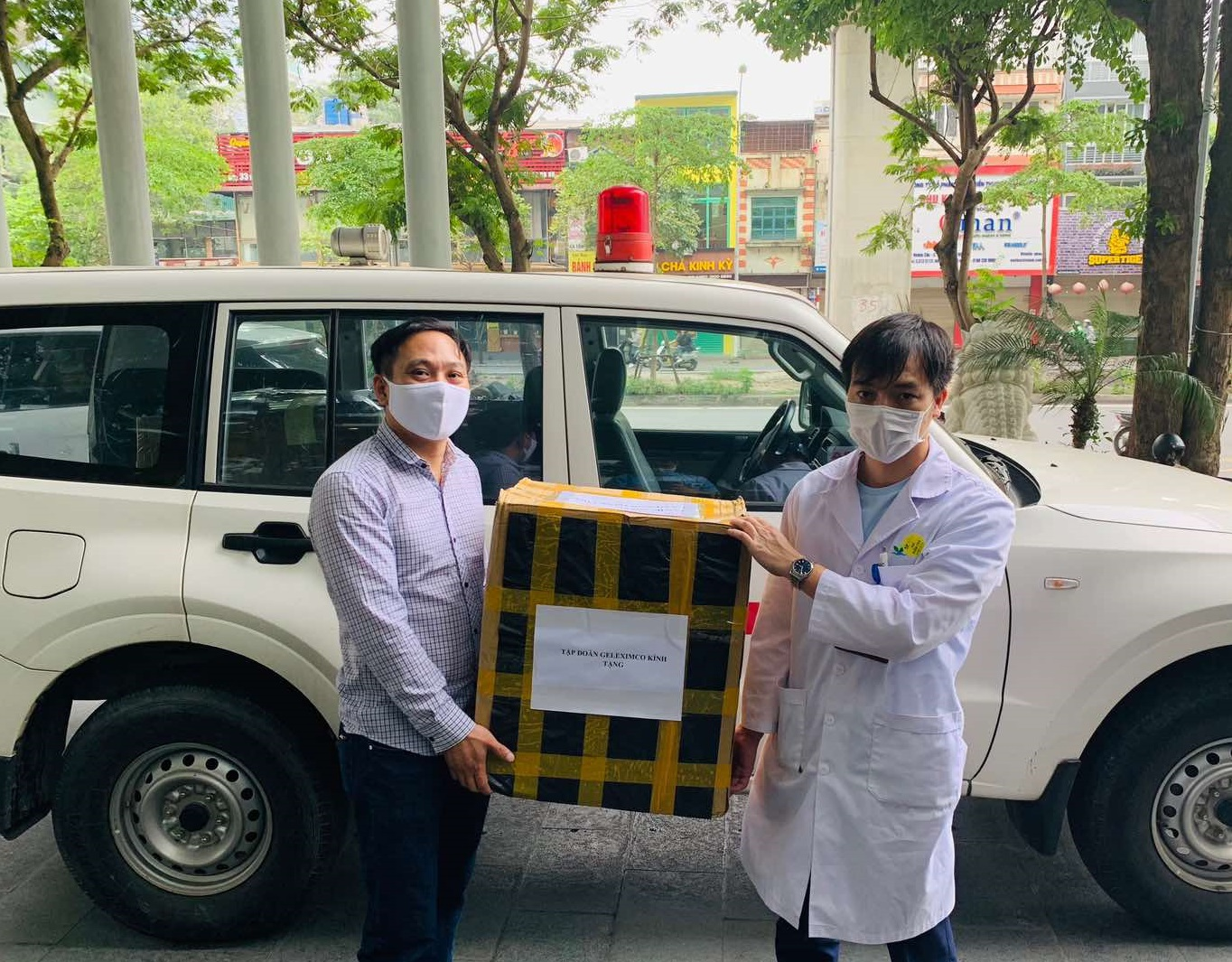 Geleximco trao tặng khẩu trang y tế cho Bệnh viện Nhi Trung ương.