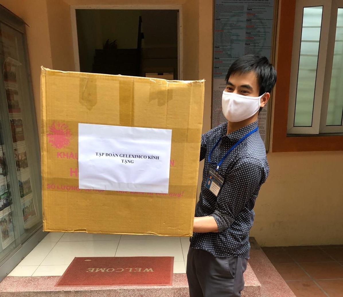 Geleximco tặng đồ bảo hộ và khẩu trang cho Trung tâm Y tế quận Hai Bà Trưng