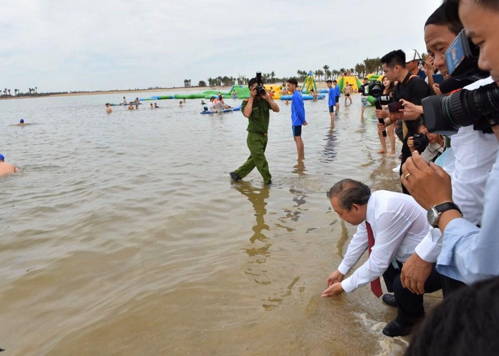 Phó Thủ tướng Thường trực Trương Hòa Bình và lãnh đạo thành phố Hải Phòng đi thăm thực địa bãi biển nhân tạo