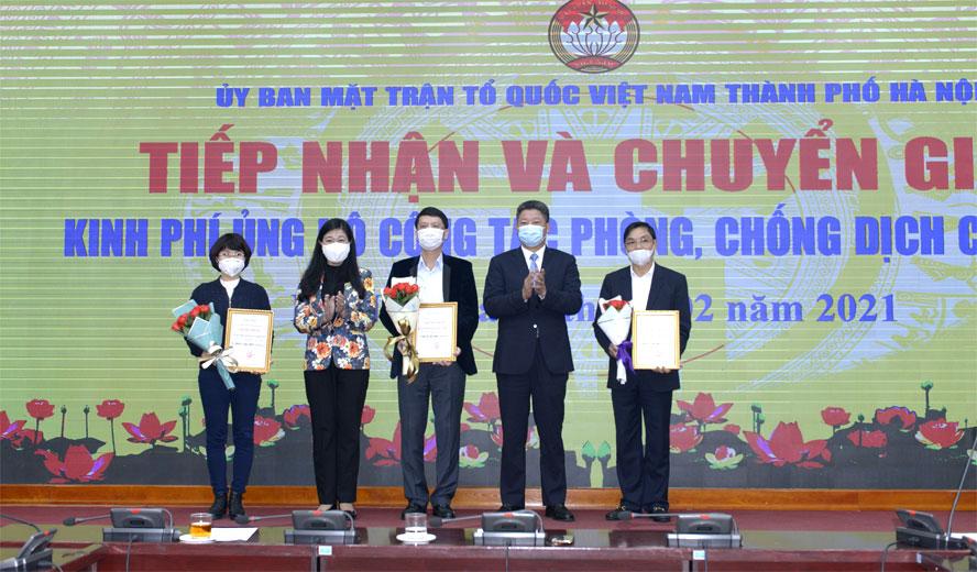 Chủ tịch Ủy ban Mặt trận Tổ quốc Việt Nam thành phố Hà Nội Nguyễn Lan Hương và các đơn vị ủng hộ phòng, chống dịch Covid-19.