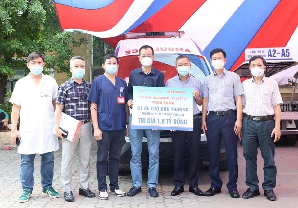 Tập đoàn Geleximco trao tặng xe ô tô cứu thương cho Bệnh viện Đại học Y Hà Nội.