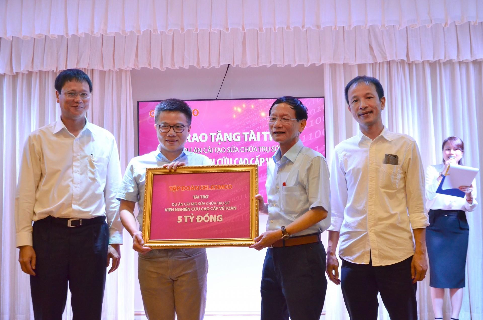 Chủ tịch Tập đoàn Geleximco Vũ Văn Tiền trao số tiền 5 tỉ đồng cho GS Ngô Bảo Châu – Giám đốc Khoa học Viện Nghiên cứu cao cấp về Toán.